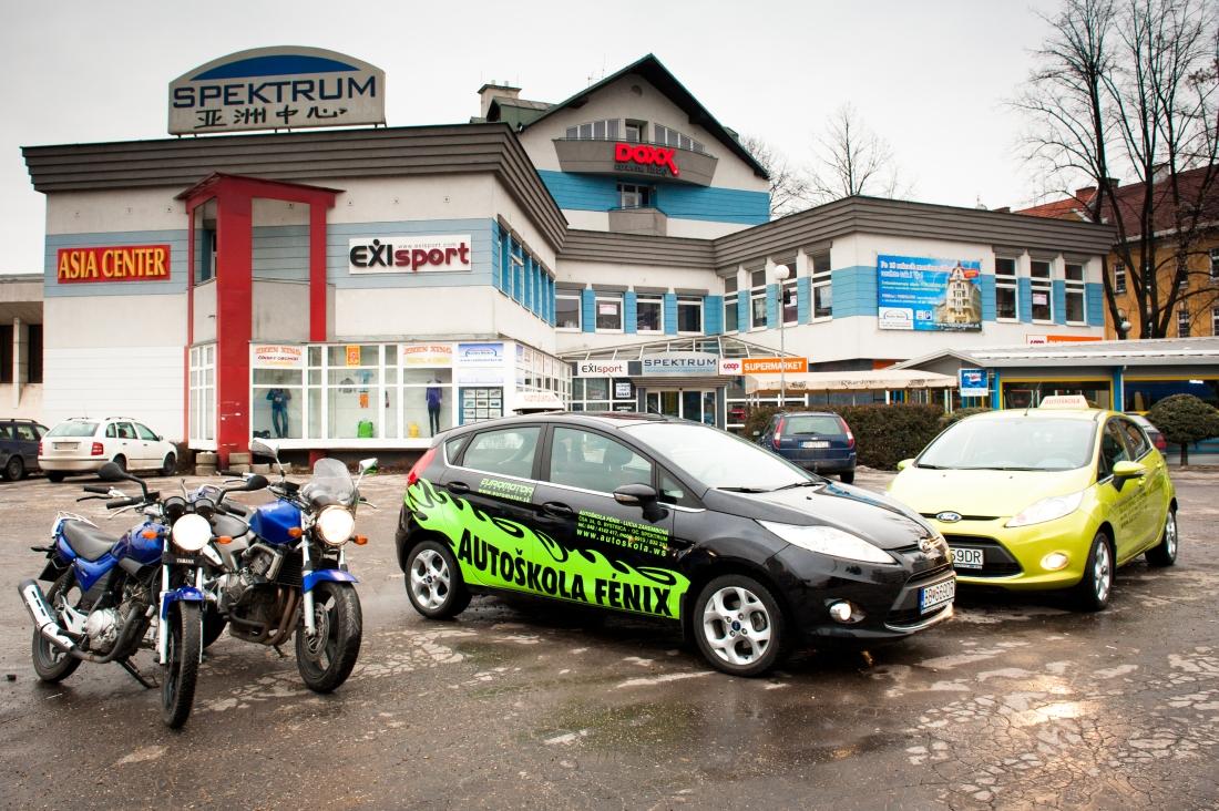 Ford Fiesta + motorka + budova