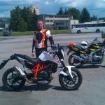 autoškola žiak a jeho KTM Duke